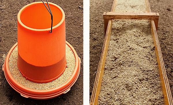 乾燥飼料(自動給餌器)と醗酵飼料(オリジナルのエサ箱)